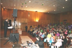 на праздник пришло 300 человек (многодетные семьи)
